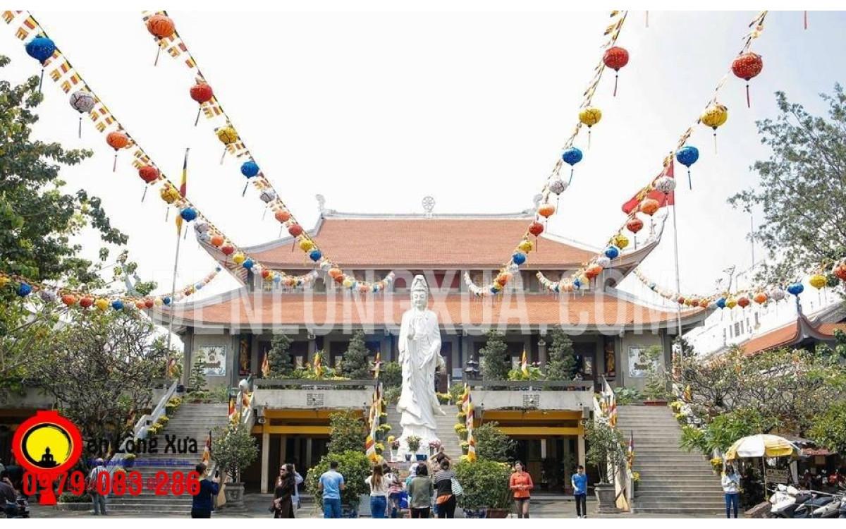 Lồng đèn Hội An trang trí cửa chùa
