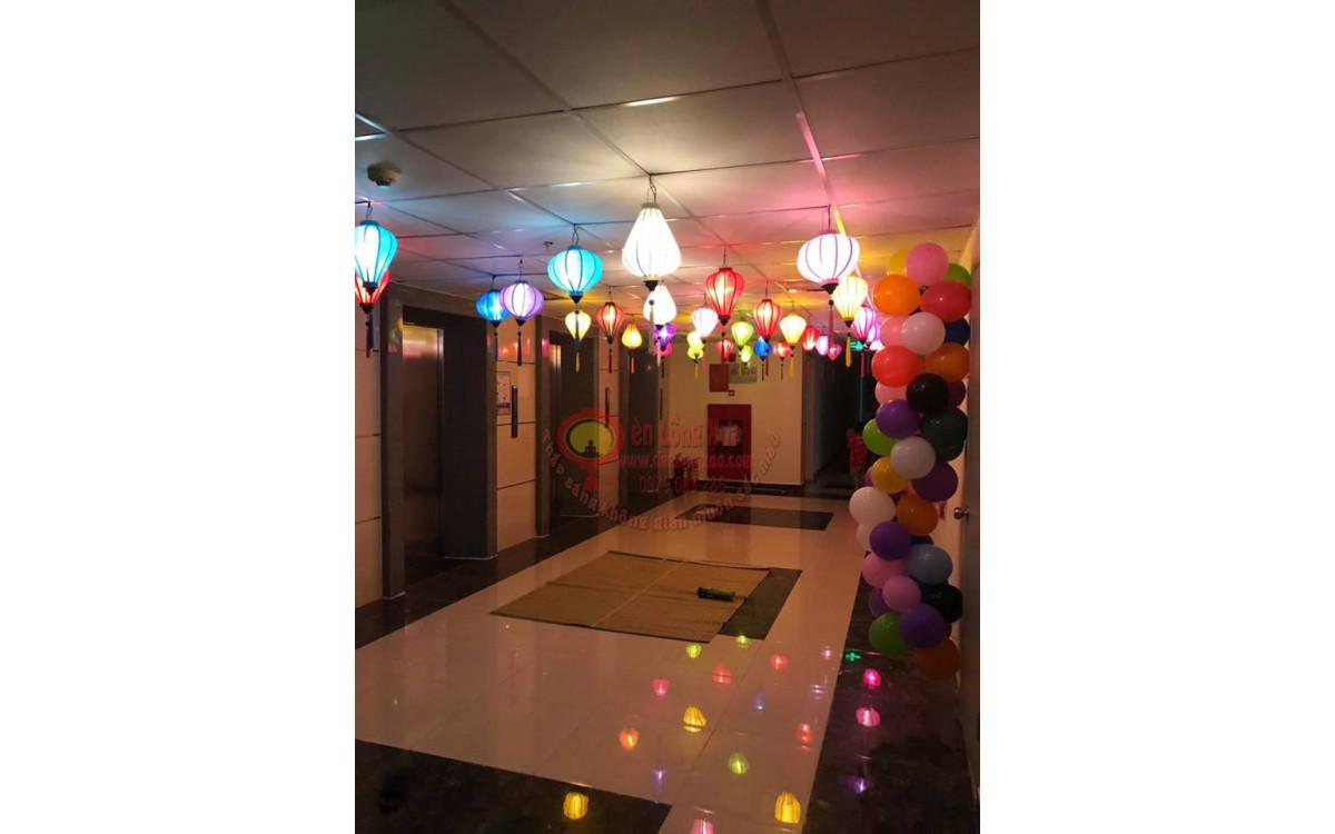 Hành lang chung cư với lồng đèn trang trí