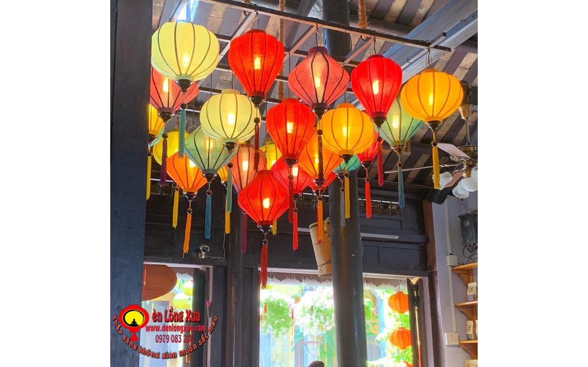 Đèn lồng trang trí tại trung tâm nhà hàng quán cafe