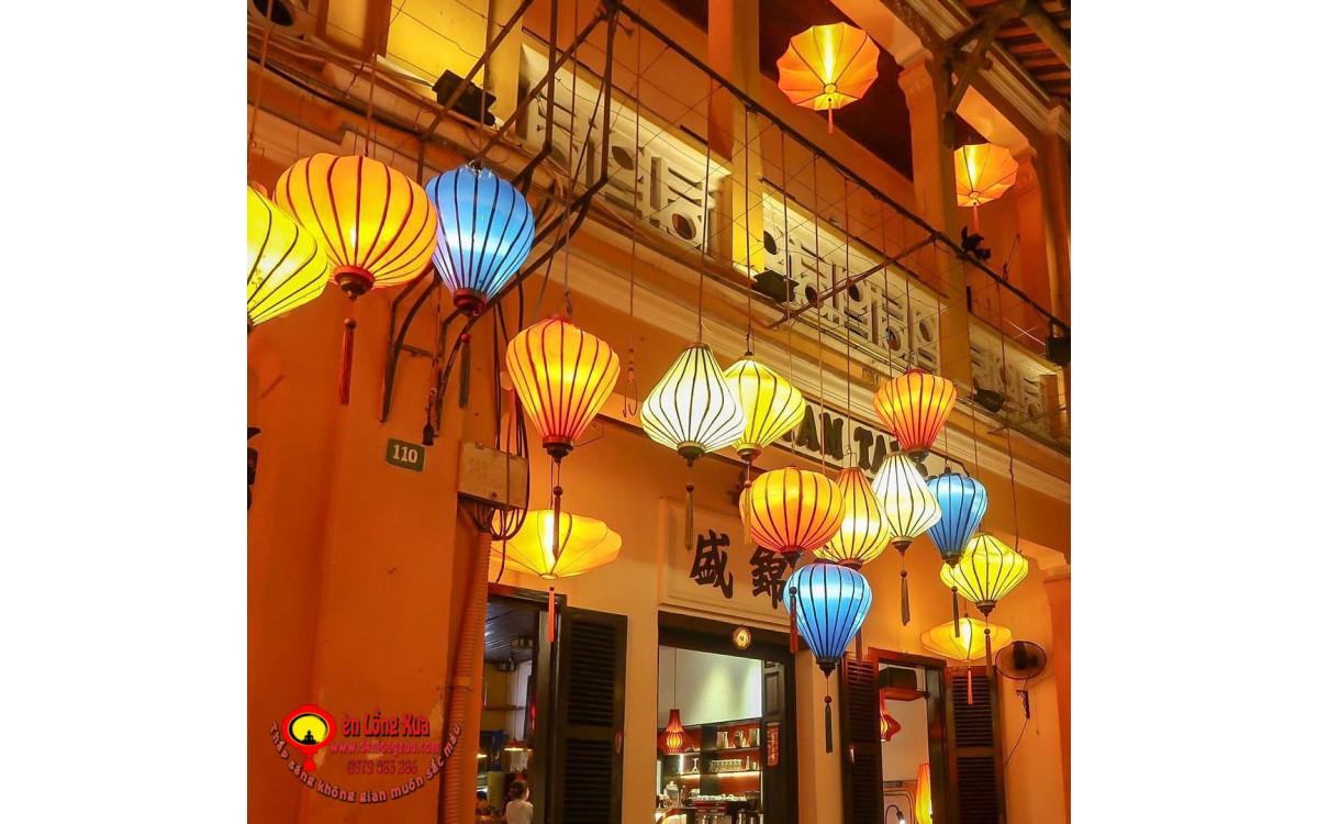 Đèn lồng trang trí thả trước quán, nhà hàng