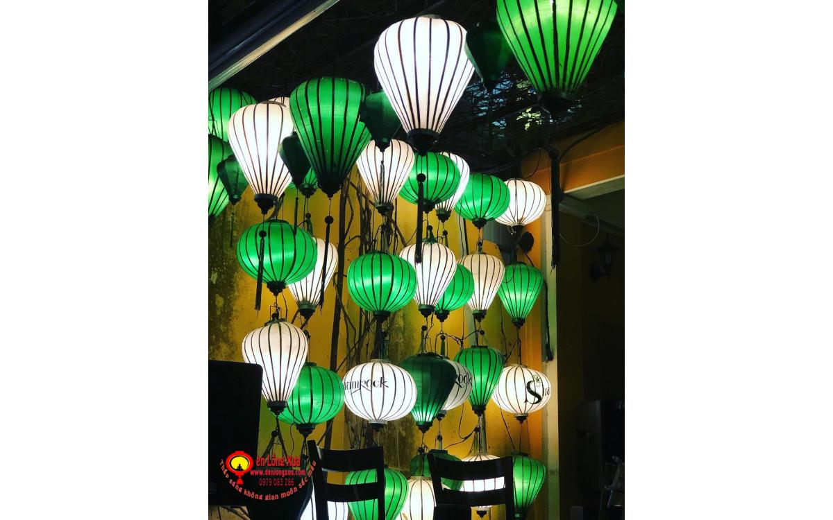 Đèn lồng trắng, xanh trang trí trước nhà hàng