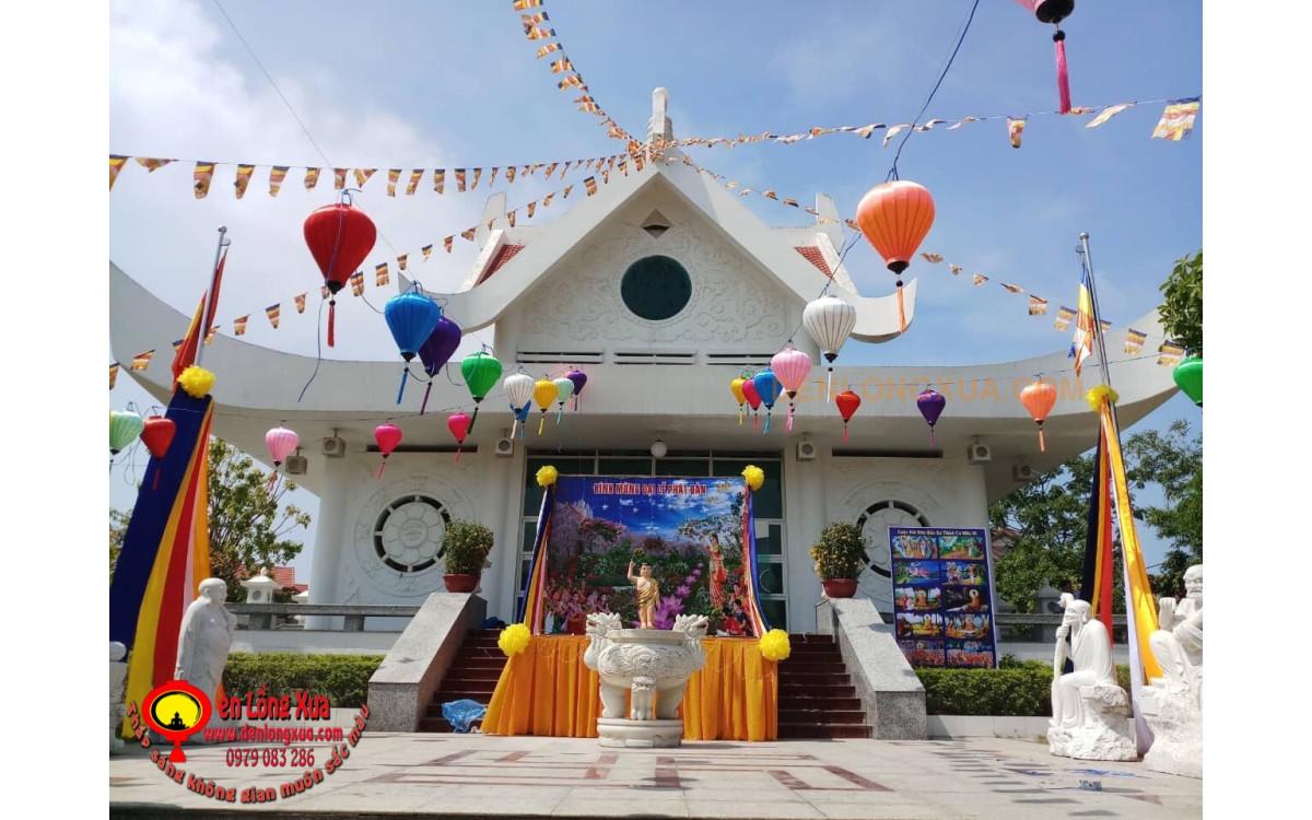 Trang trí bàn thờ Phật cùng đèn lồng cho ngày Phật Đản