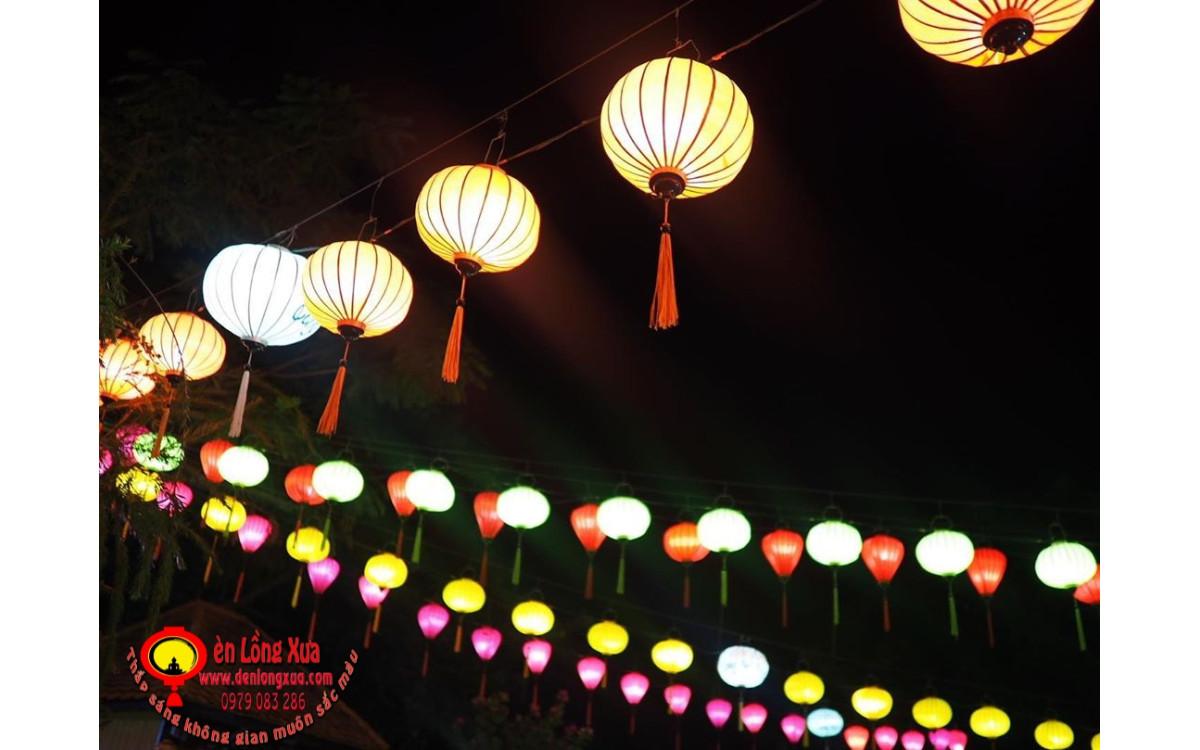 Ánh đèn lồng đẹp trong đêm trong khu vực lễ hội