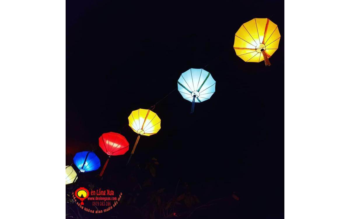 Ánh đèn lồng khung sắt bọc vải trang trí trong đêm