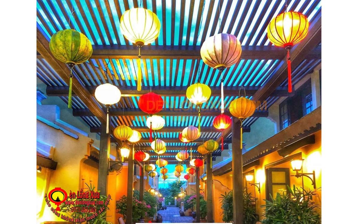 Trang trí đèn lồng cho con đường trong khu nghỉ dưỡng