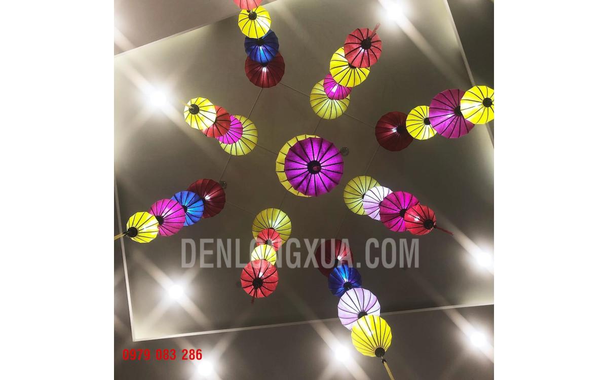 Đèn lồng đủ màu trang trí trần nhà hàng