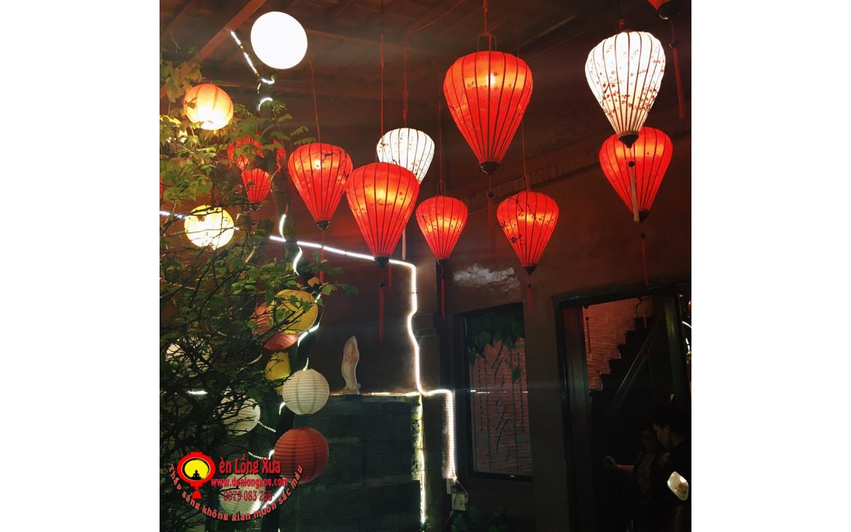 Đèn lồng vẽ hoa thả trần trước cửa vào nhà hàng